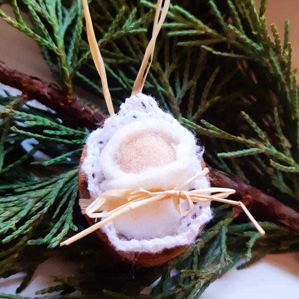 Karácsonyra készülünk: dióhéjban ringatózó kisded karácsonyfadísz