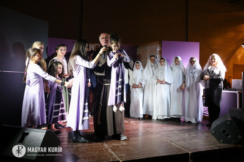 Öltözzünk szeretetbe! – Böjte Csaba adventi estje Diósdon a dévai gyerekekkel