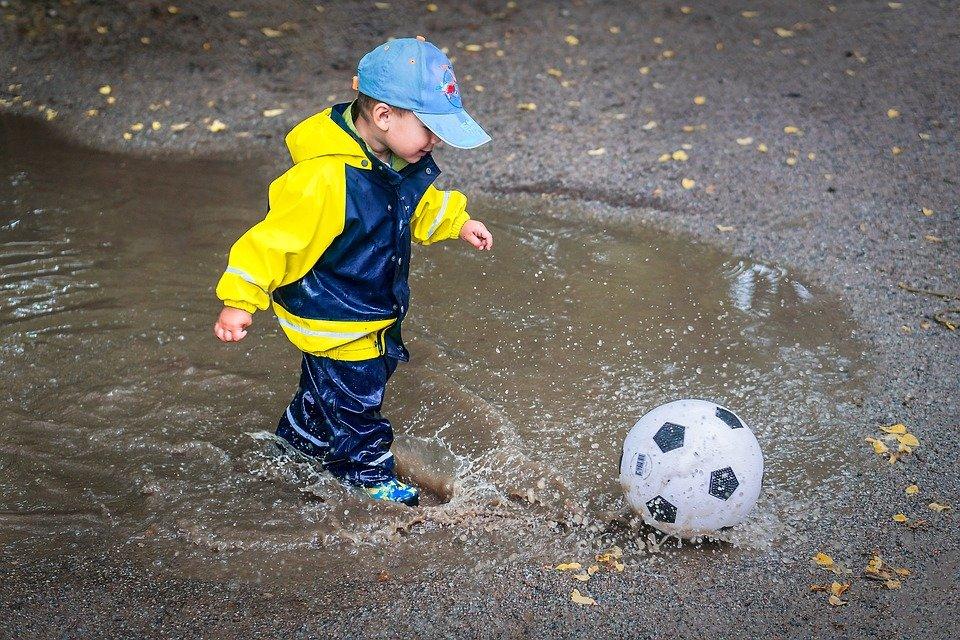 Gyerek pocsolya víz kinti játék