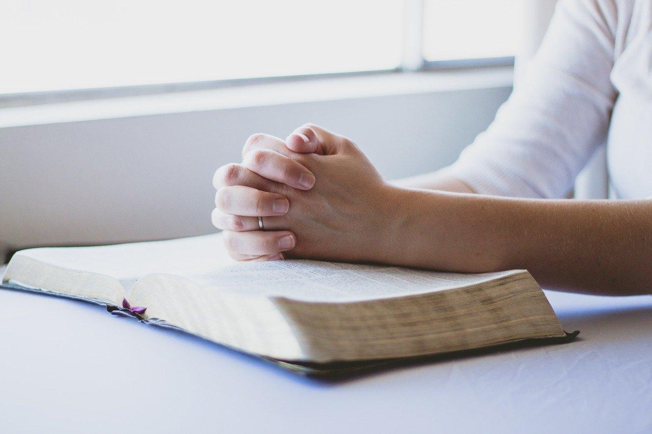 Imádkozó nő Biblia