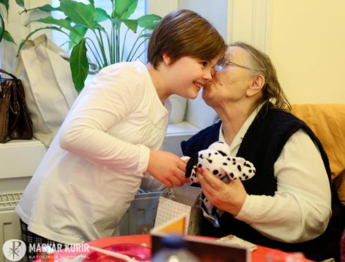 Ajándékozás a Sant' Egidio Közösség karácsonyi ebédjén