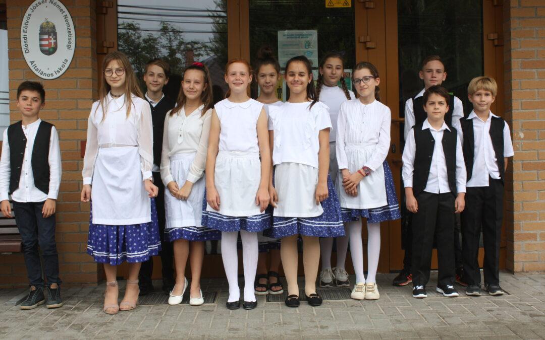 Kékfestős szoknya, kötény, mellény – Új fellépőruhák a diósdi diákoknak